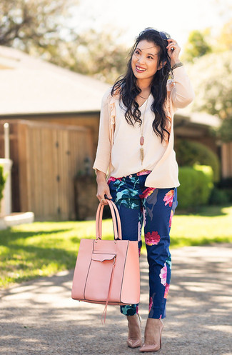 How to wear: pink cardigan, white sleeveless top, navy floral skinny pants, pink leather pumps