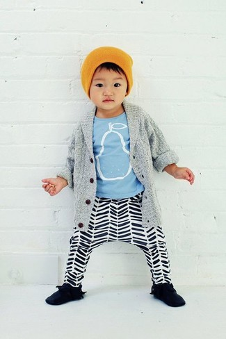 How to wear: grey cardigan, light blue print t-shirt, white and black horizontal striped sweatpants, black sneakers