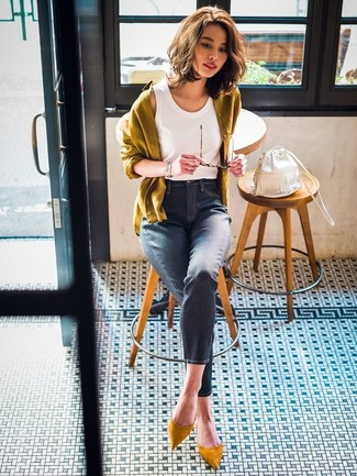 How to wear: mustard cardigan, white tank, navy skinny jeans, mustard suede pumps
