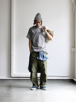 How to Wear a Grey Print Crew-neck T-shirt For Men: This casual combination of a grey print crew-neck t-shirt and olive cargo pants is a surefire option when you need to look dapper in a flash. You know how to dress it up: navy canvas low top sneakers.