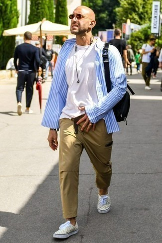 Which Low Top Sneakers To Wear With a White Crew-neck T-shirt For Men: A white crew-neck t-shirt and khaki cargo pants are a good ensemble to integrate into your current off-duty fashion mix. Add low top sneakers to the equation et voila, this outfit is complete.