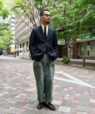 Men's Looks & Outfits: What To Wear In 2020: Stand out among other gents by opting for a navy blazer and dark green cargo pants. Rounding off with black leather loafers is a guaranteed way to inject an added touch of elegance into your outfit.