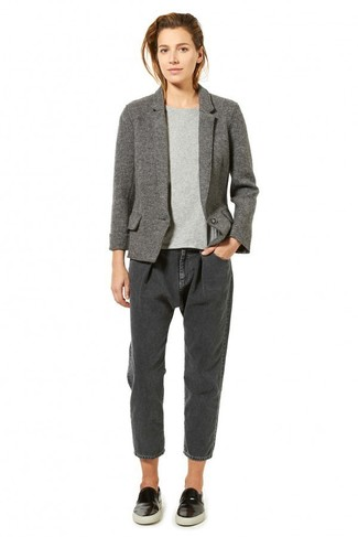 How to wear: black leather slip-on sneakers, charcoal boyfriend jeans, grey short sleeve sweater, grey wool blazer
