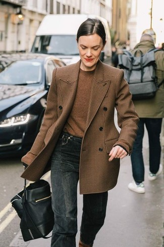 How to wear: black leather bucket bag, charcoal jeans, brown crew-neck sweater, brown houndstooth wool double breasted blazer