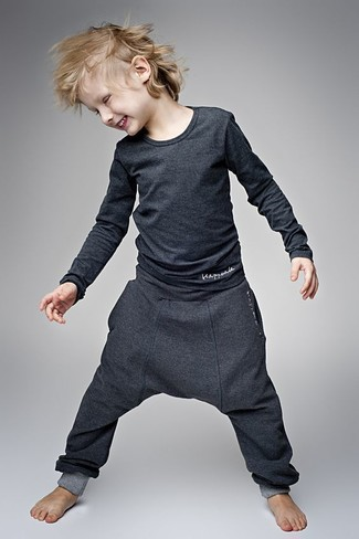 How to Wear Charcoal Sweatpants For Boys: Your darling will look extra adorable in a charcoal long sleeve t-shirt and charcoal sweatpants.