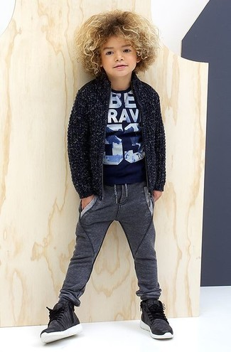 How to wear: charcoal sneakers, charcoal sweatpants, navy print t-shirt, navy cardigan