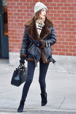 How to Wear a Grey Knit Beanie For Women: Marrying a black shearling jacket with a grey knit beanie is an on-point idea for a casually stylish ensemble. Our favorite of a variety of ways to complete this outfit is with a pair of black suede chelsea boots.