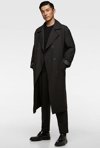 How to wear: black leather derby shoes, black chinos, black crew-neck sweater, black trenchcoat