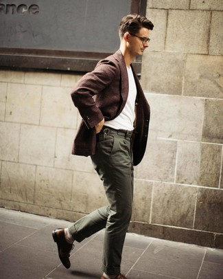 How to Wear a Dark Brown Wool Blazer For Men: A dark brown wool blazer and olive chinos teamed together are a match made in heaven. If you want to instantly step up this look with footwear, introduce brown leather brogues to this ensemble.