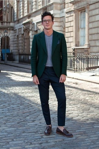How to Wear a Navy Pocket Square: We're all seeking functionality when it comes to styling, and this casual street style pairing of a dark green blazer and a navy pocket square is a good illustration of that. A pair of burgundy leather tassel loafers effortlesslly turns up the fashion factor of any outfit.