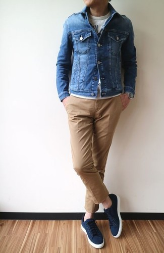 How to wear: navy canvas low top sneakers, khaki chinos, grey print crew-neck t-shirt, blue denim jacket