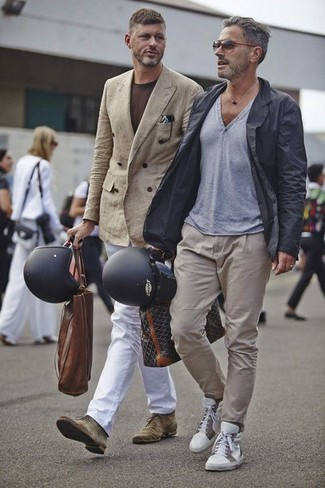 How to wear: olive suede desert boots, white chinos, dark brown crew-neck t-shirt, tan double breasted blazer