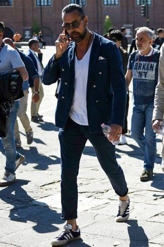 Men's Looks & Outfits: What To Wear Smart Casually: This combo of a navy double breasted blazer and navy chinos is really a statement-maker. A cool pair of navy suede low top sneakers is the simplest way to add a dash of stylish effortlessness to your outfit.