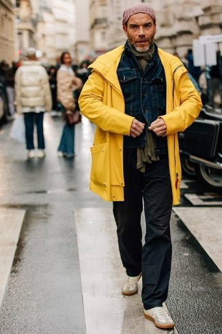 How to wear: beige suede low top sneakers, black chinos, navy denim jacket, yellow raincoat