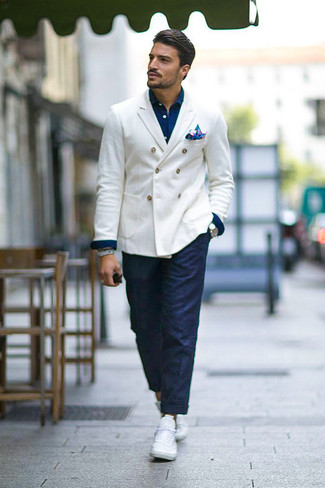How to wear: white low top sneakers, navy chinos, navy denim shirt, white double breasted blazer