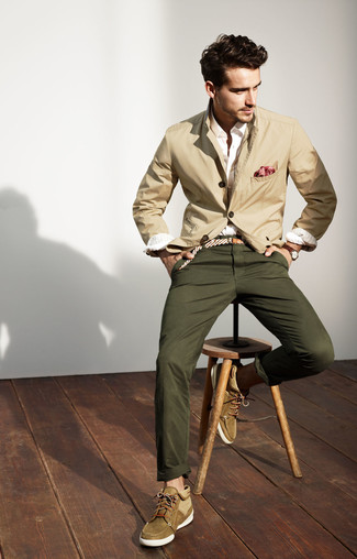 How to Wear a Beige Cotton Blazer In Your 20s In Spring For Men: A beige cotton blazer and olive chinos are a combination that every dapper man should have in his menswear collection. Let your styling expertise truly shine by finishing off your ensemble with olive suede desert boots. This combo is a savvy idea when spring sets it.