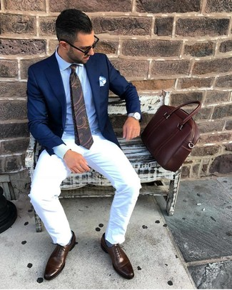 How to wear: dark brown leather oxford shoes, white chinos, light blue dress shirt, navy blazer