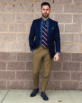 How to wear: navy leather oxford shoes, olive chinos, blue chambray dress shirt, navy blazer