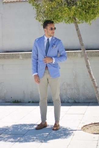 How to Wear Tan Suede Tassel Loafers: Wear a light blue blazer with beige chinos for a proper classy getup. Complete this ensemble with tan suede tassel loafers to change things up a bit.