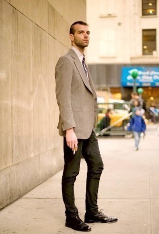 How to Wear Dark Brown Leather Oxford Shoes: This smart combo of a tan blazer and dark green chinos is very easy to pull together without a second thought, helping you look awesome and prepared for anything without spending a ton of time combing through your closet. Dark brown leather oxford shoes are the simplest way to bring some extra elegance to your ensemble.
