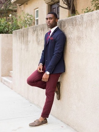 Men's Looks & Outfits: What To Wear In Warm Weather: A navy blazer and burgundy chinos are the perfect way to introduce a touch of masculine sophistication into your current outfit choices. Infuse an easy-going feel into this outfit by slipping into a pair of brown leather boat shoes.