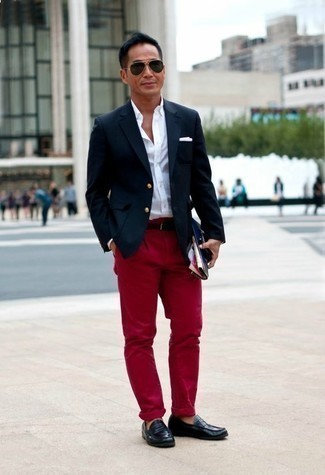 Men's Looks & Outfits: What To Wear In Warm Weather: Up your off-duty style game by teaming a navy blazer and red chinos. Add black leather loafers to the mix to completely switch up the outfit.