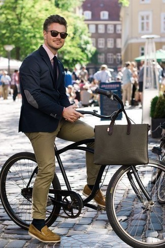 How to Wear an Olive Canvas Tote Bag For Men: This relaxed casual combination of a navy blazer and an olive canvas tote bag is very easy to put together in no time, helping you look stylish and prepared for anything without spending a ton of time rummaging through your wardrobe. Go the extra mile and break up your ensemble by finishing with tan leather loafers.