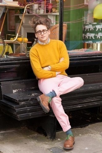 How to Wear a Mustard Crew-neck Sweater For Men: If you enjoy practical style, try teaming a mustard crew-neck sweater with pink chinos. Go off the beaten track and jazz up your ensemble by wearing brown leather derby shoes.