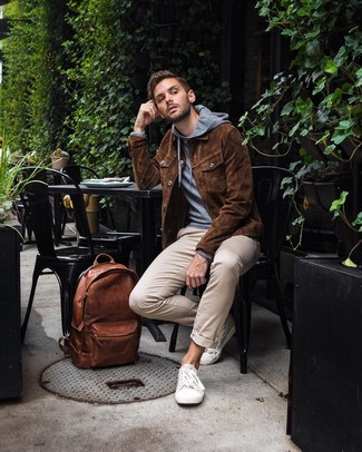 How to wear: white canvas low top sneakers, beige chinos, grey hoodie, brown suede shirt jacket