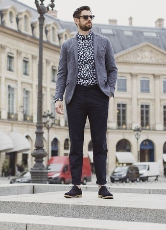 How to Wear Shoes For Men: A grey wool blazer and navy chinos? Be sure, this menswear style will make ladies go weak in the knees. Navy suede oxford shoes will give an added touch of polish to an otherwise simple outfit.