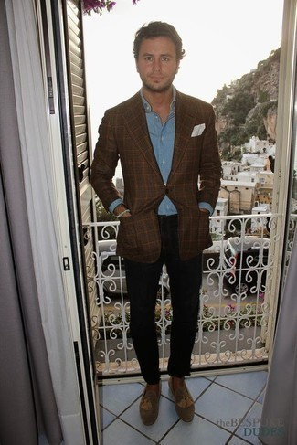 Men's Looks & Outfits: What To Wear In 2020: Go for a straightforward but refined outfit pairing a brown plaid blazer and black chinos. To give your overall outfit a more polished feel, complement your outfit with tan suede tassel loafers.