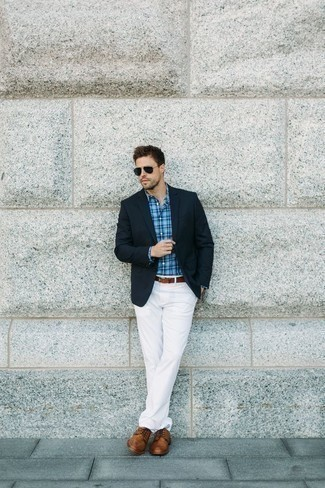 How to Wear Brown Leather Derby Shoes: A navy blazer and white chinos make for the perfect base for an infinite number of outfits. Add a smarter twist to this ensemble by slipping into brown leather derby shoes.