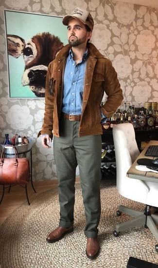 How to Wear Olive Chinos: This combination of a brown suede shirt jacket and olive chinos is extra versatile and creates instant appeal. Rev up this whole look by sporting brown leather chelsea boots.