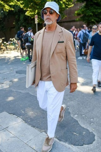 Men's Looks & Outfits: What To Wear In 2020: Pairing a tan blazer with white chinos is an amazing option for a casually neat outfit. A pair of beige suede low top sneakers introduces just the right amount of visual interest to this look.
