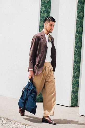 Men's Looks & Outfits: What To Wear In 2020: For a look that's street-style-worthy and effortlessly classic, pair a brown blazer with khaki chinos. Jazz up this outfit by finishing with brown leather loafers.