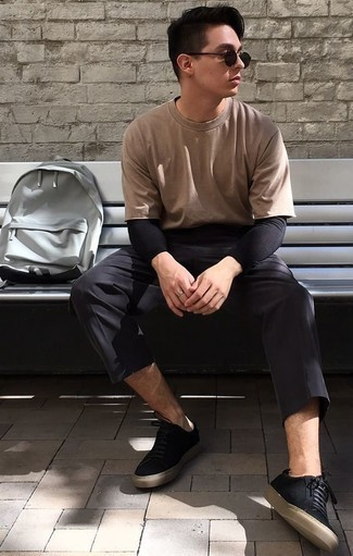 How to Wear Black Canvas Low Top Sneakers For Men: A tan crew-neck t-shirt and black chinos worn together are a perfect match. Black canvas low top sneakers tie the look together.