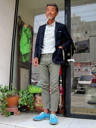 How to Wear Mint Chinos: Putting together a navy blazer with mint chinos is an awesome choice for an effortlessly classic getup. Light blue suede oxford shoes are guaranteed to breathe an extra dose of class into your ensemble.