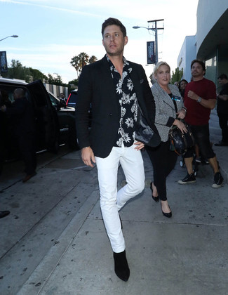 How to wear: black suede chelsea boots, white chinos, black and white print short sleeve shirt, black blazer