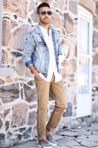 Men's Looks & Outfits: What To Wear Casually: Putting together a light blue denim jacket with khaki chinos is a nice choice for an off-duty but seriously stylish outfit. And if you want to effortlessly dial down your outfit with one piece, why not add light blue canvas low top sneakers to your outfit?