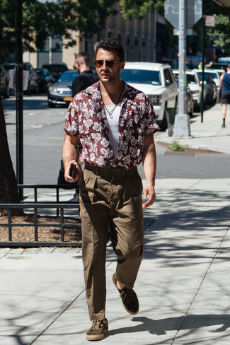 How to Wear Olive Suede Low Top Sneakers For Men: Who said you can't make a style statement with a laid-back ensemble? Draw the attention in a burgundy floral short sleeve shirt and olive chinos. Let your sartorial credentials really shine by rounding off this ensemble with olive suede low top sneakers.
