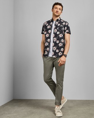 Men's Looks & Outfits: What To Wear In 2020: A black and white floral short sleeve shirt and olive chinos are a savvy combo worth having in your daily casual routine. Beige leather low top sneakers are a welcome accompaniment to this look.