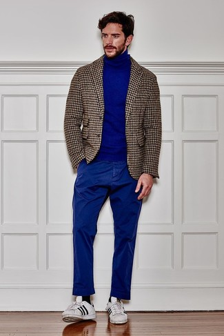 How to Wear White and Black Leather Low Top Sneakers For Men: A beige houndstooth wool blazer and blue chinos are among the fundamental elements of a solid wardrobe. Feeling experimental today? Shake things up by wearing white and black leather low top sneakers.