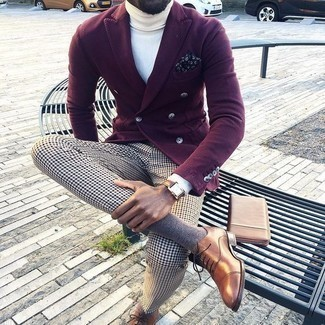 How to Wear a Brown Leather Zip Pouch For Men: This casual combination of a burgundy double breasted blazer and a brown leather zip pouch is a tested option when you need to look sharp but have no time. Spice up this outfit by slipping into brown leather oxford shoes.