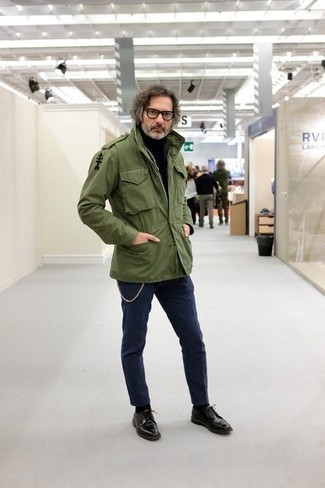 How to Wear a Dark Green Military Jacket For Men: If you love casual style, why not try this pairing of a dark green military jacket and navy chinos? To give your ensemble a more elegant spin, why not add a pair of black leather derby shoes to the mix?