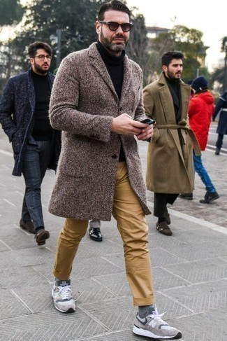Men's Looks & Outfits: What To Wear In Cold Weather: Team a brown overcoat with khaki chinos to achieve a sleek and polished ensemble. Let your sartorial skills really shine by completing this getup with a pair of grey athletic shoes.