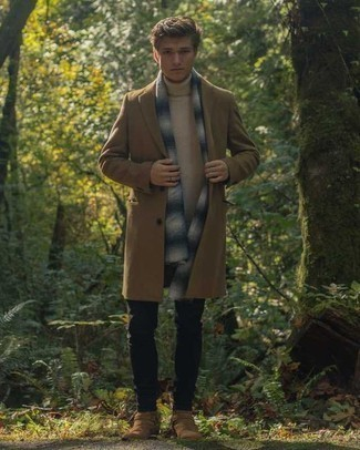 How to Wear Tan Suede Chelsea Boots For Men: A camel overcoat and black chinos worn together are a sartorial dream for those who prefer casually sleek styles. Finishing with tan suede chelsea boots is the simplest way to add some extra definition to your outfit.