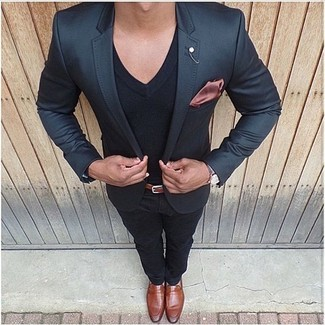 How to wear: tobacco leather loafers, black chinos, black v-neck t-shirt, black blazer