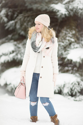 How to wear: white coat, beige crew-neck sweater, blue ripped skinny jeans, brown suede snow boots