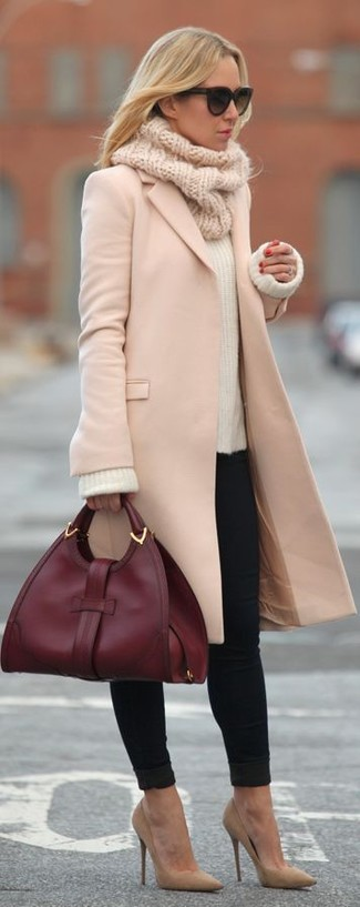 A nicely put together combination of a pink coat and black slim jeans will set you apart effortlessly. Finish off your look with tan suede pumps.
