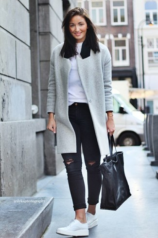 A grey coat and black ripped skinny jeans is a good combination worth integrating into your wardrobe. White leather derby shoes are the right shoes here to get you noticed.